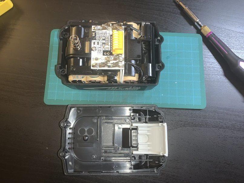 分解したバッテリー