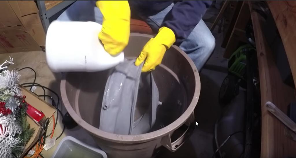 浸け置きしたゴムパッキンを水で洗い流す