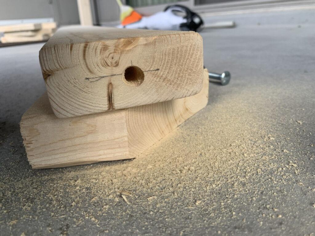 2×4材にドリルで穴あけ後