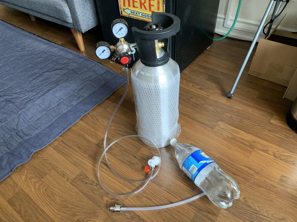 ペットボトルと二酸化炭素で炭酸水を作る