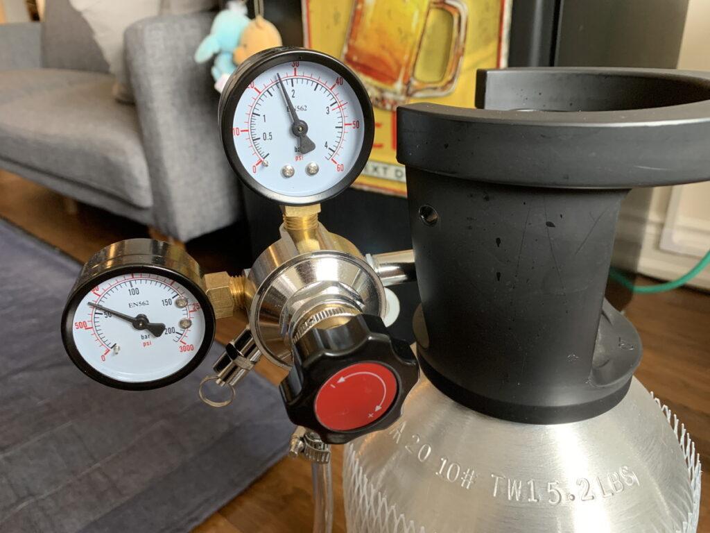 炭酸ガスボンベのバルブを空けて圧力調整