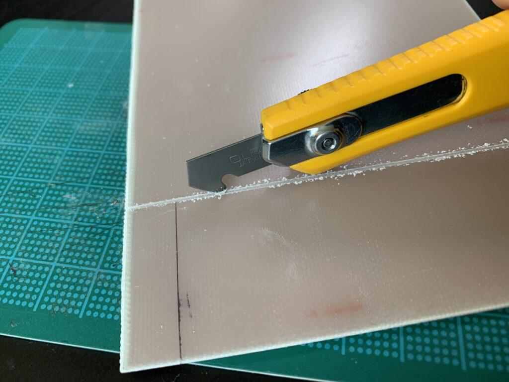 アクリルカッターでプリント基板を切断